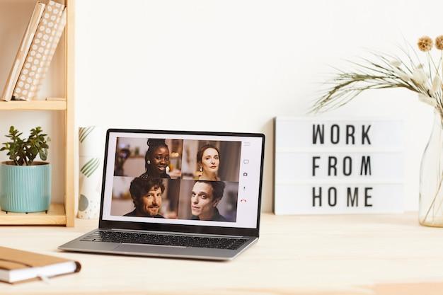 Деловые люди на мониторе ноутбука проводят онлайн-встречу, которую они работают из дома