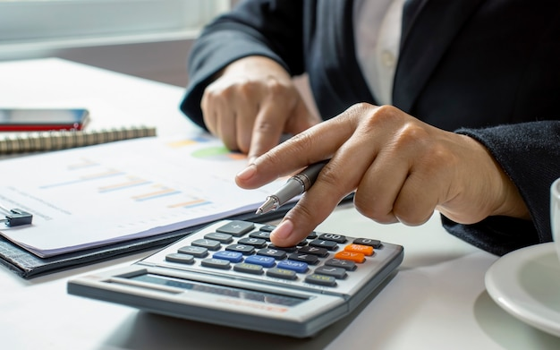 Деловые люди или бухгалтеры, которые проверяют финансовые документы и банковские книги, финансовые идеи и инвестиции.