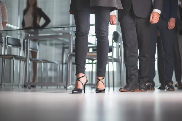 Деловые люди, проходящие через офис бизнес-центра