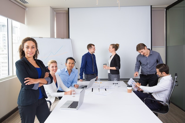 Деловые люди, создавая, улыбаясь в конференц-зал