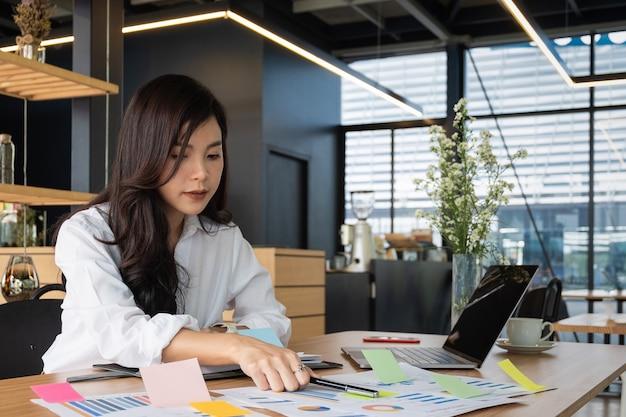 Деловые люди публикуют заметки идея обсуждения и планирования в офисном столе