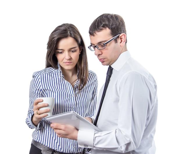 Деловые люди читают документы в планшете