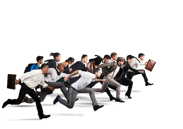 Деловые люди вместе движутся в одном направлении