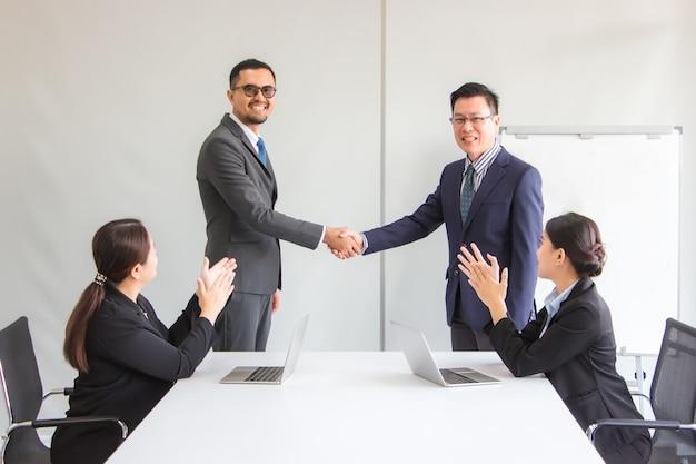ビジネスの人々は手を振って笑顔でビジネス協力契約を結ぶビジネスの成功の概念