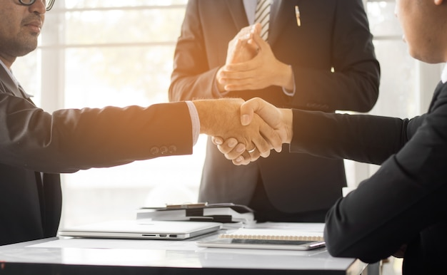 Business people shaking hand to cooperate