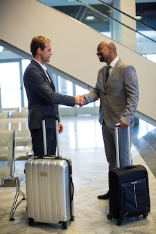 待合室で握手するビジネスマン