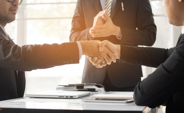 協力するために手を振るビジネス人々