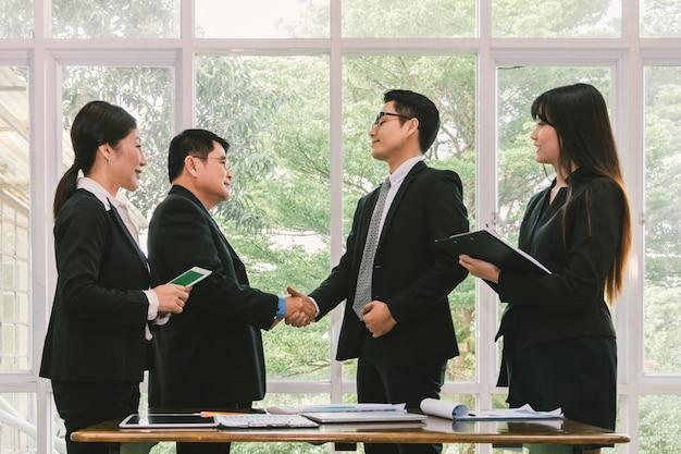 Деловые люди, пожимая руку, когда проект сделки