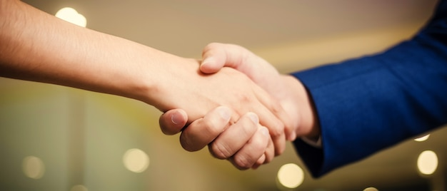 Деловые люди пожимают друг другу руки, между встреч в конференц-зале