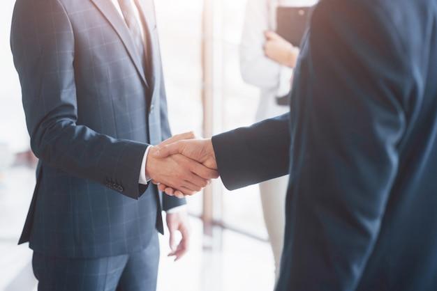 ビジネスの人々が握手し、会議を終える