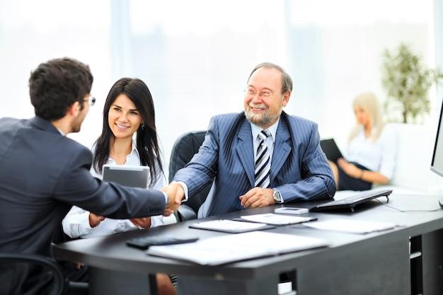 비즈니스 사람들이 악수, 회의를 마무리