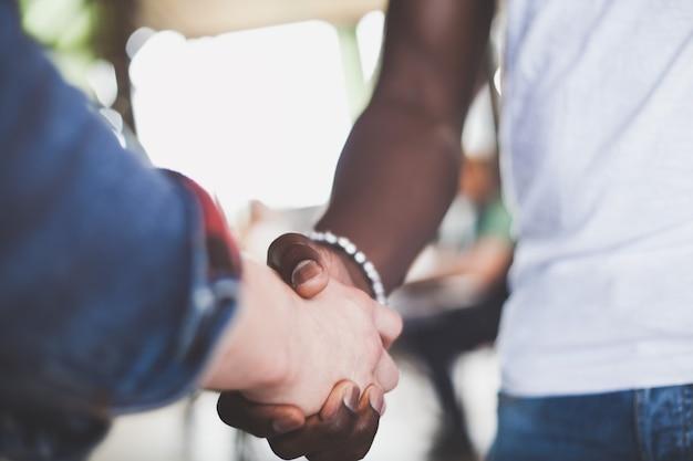 握手し、会議を終えるビジネスマン。