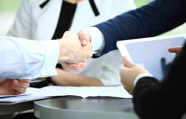 握手し、会議を終えるビジネスマン
