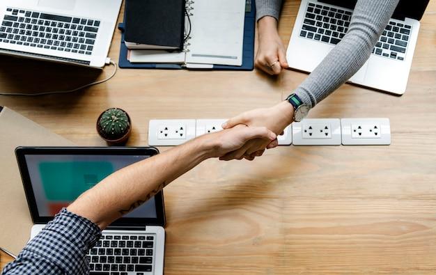 Деловые люди, рукопожатие в соглашении