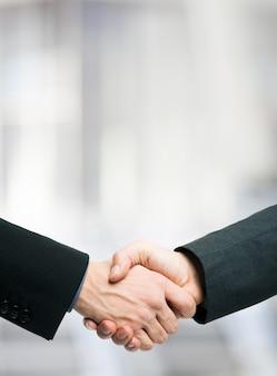 ビジネスマン、握手。たくさんのコピースペース