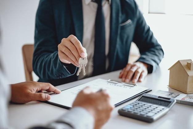 부동산 에이전트와 거래를하는 계약을 체결하는 사업 사람들. 컨설턴트 및 주택 보험 개념에 대한 개념입니다.