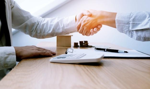 거래를 하는 계약에 서명하는 사업가들
