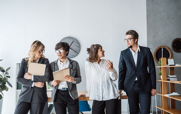 事務所に立っているビジネス人々