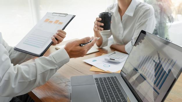 비즈니스 사람들이 이야기하고 회의에서 논의