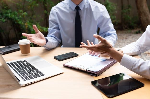 비즈니스 사람들이 도시에서 사무실 밖에서 새로운 프로젝트 사업을 논의하는 휴식 시간 동안 이야기.
