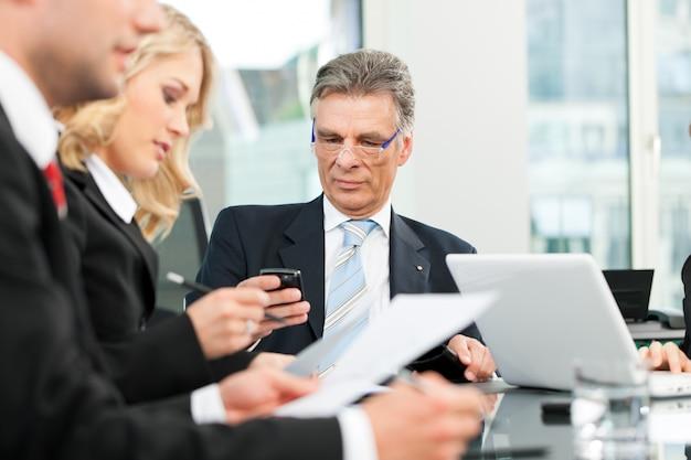 Деловые люди - встреча команды в офисе