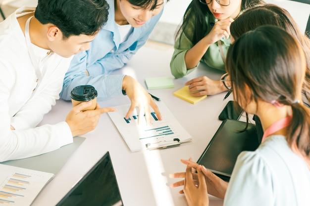 ビジネスマンチームワークブレーンストーミング会議の概念