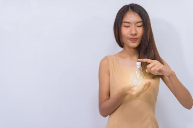 Деловые люди думают об идеях с помощью светоизлучающих ламп