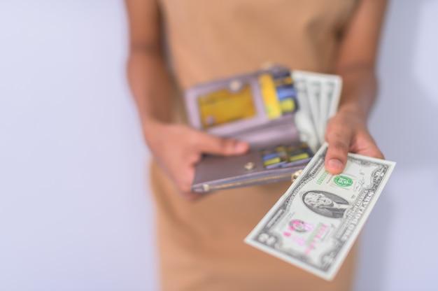 ビジネスマンは現金を使う