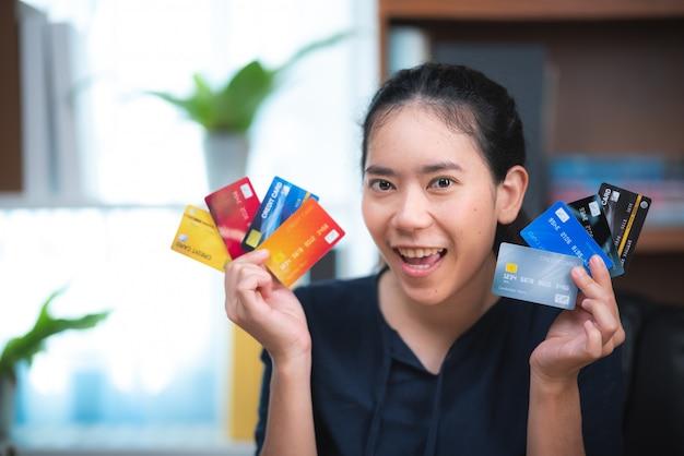 사업 사람들은 직장에서 신용 카드를 사용하여 금융 거래를