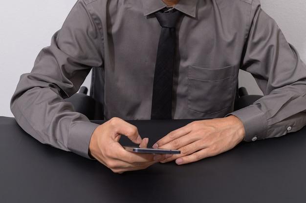 Деловые люди используют смартфоны за своими рабочими столами