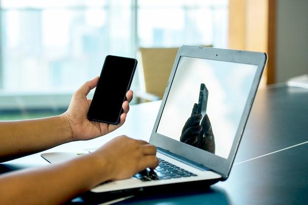 Деловые люди, использующие ноутбук и мобильный телефон, работают из дома. предотвратить заболевание гриппом коронавирус