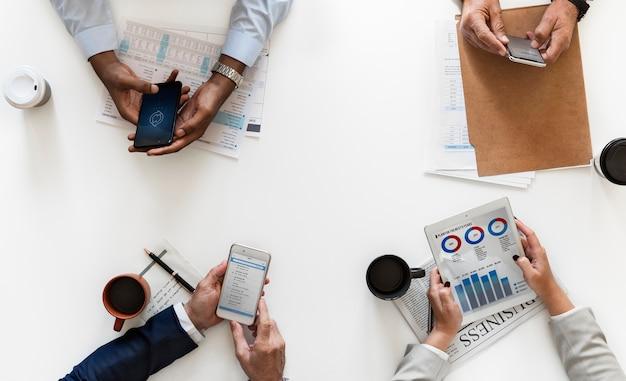 흰색 배경에 고립 된 디지털 장치를 사용하는 사업 사람들
