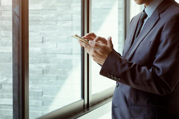 스마트 폰을 사용하는 사업 사람들.
