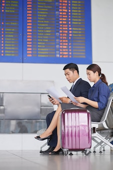 Деловые люди ждут в аэропорту