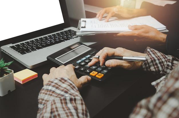 オフィスでコンピューターのラップトップを持つビジネスマン