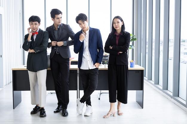 多様な性別のビジネスマン(lgbt)の労働者と会社の労働者アジアのビジネスのグループ
