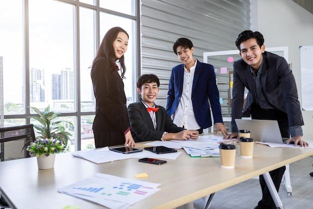 多様な性別のビジネスマン(lgbt)の労働者と会社の労働者グループ