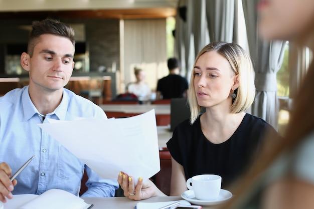 Деловые люди с документами в кафе.