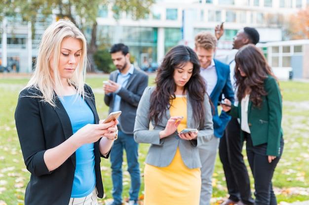 런던에서 소셜 미디어 중독을 가진 사업 사람들
