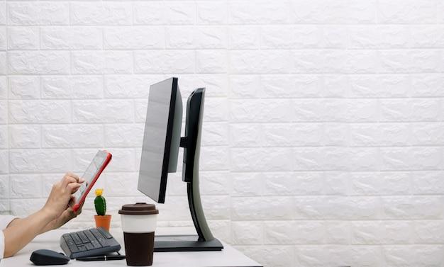 ビジネスの人々はタブレットで働きます。机の上の仕事を分析する