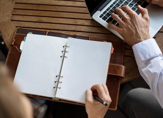 働くビジネスマンとノートブックのコピースペース