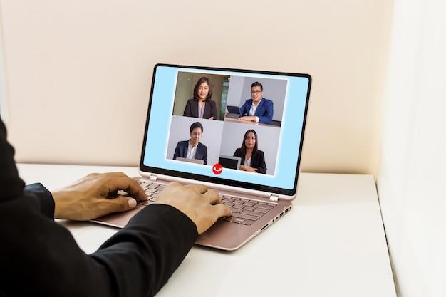 노트북에 온라인 그룹 화상 회의를 갖는 가정에서 일하는 사업 사람들.