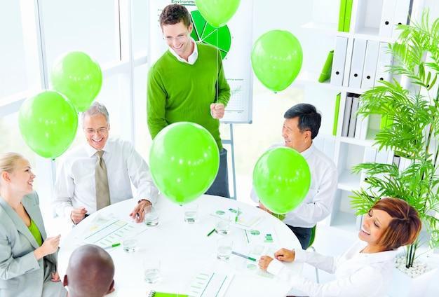Деловые люди, работающие в зеленом офисе