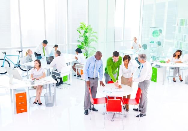 緑のオフィスで働くビジネスマン