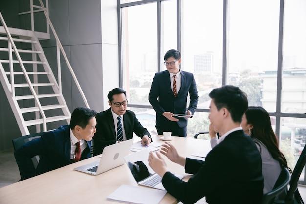 회의실 기업 비즈니스 팀 및 회의 관리자에서 일하는 사업 사람들