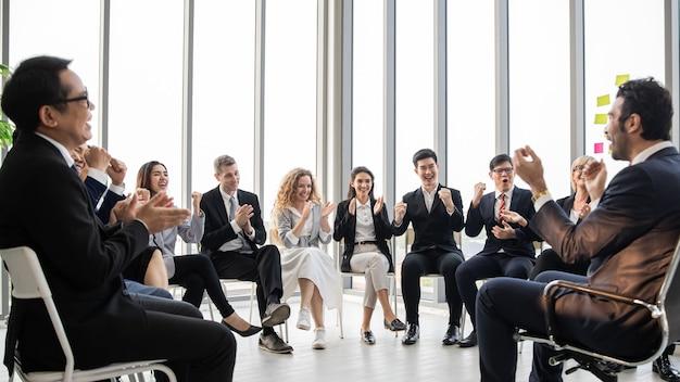 회의실 기업 비즈니스 팀에서 일하는 비즈니스 사람들과 회의에서 관리자