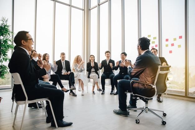 회의실에서 일하는 사업 사람들