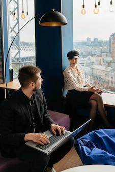現代のオフィスで働くビジネスマン