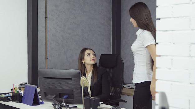 사무실에서 일하는 사업가들