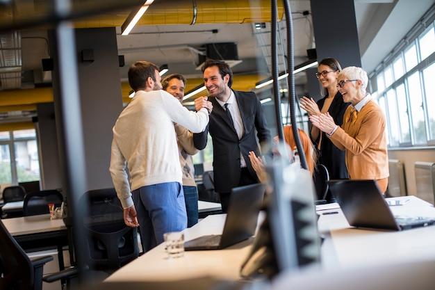 현대 사무실에서 일하는 사업 사람들